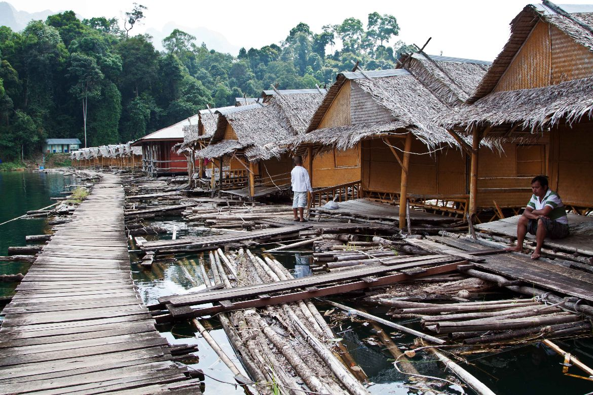 Raft houses Ratchaprapa Lake